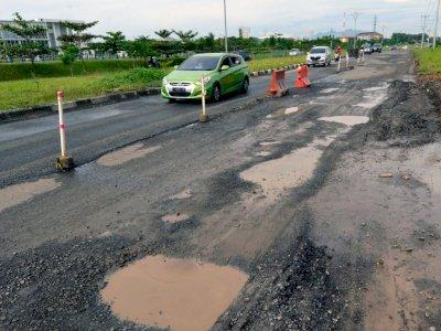 FOTO: Jalan Menuju Pintu Tol Kota Baru Rusak