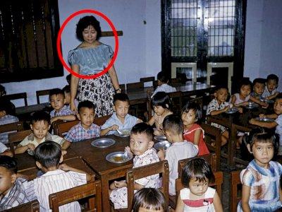 Viral Foto Jadul Murid Makan Siang di Kelas Tahun 1960-an, Netizen Salfok Wajah Gurunya