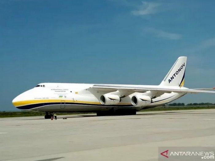 Pesawat Buatan Rusia Jenis Antonov Mendarat Perdana di Bandara Internasional Yogyakarta