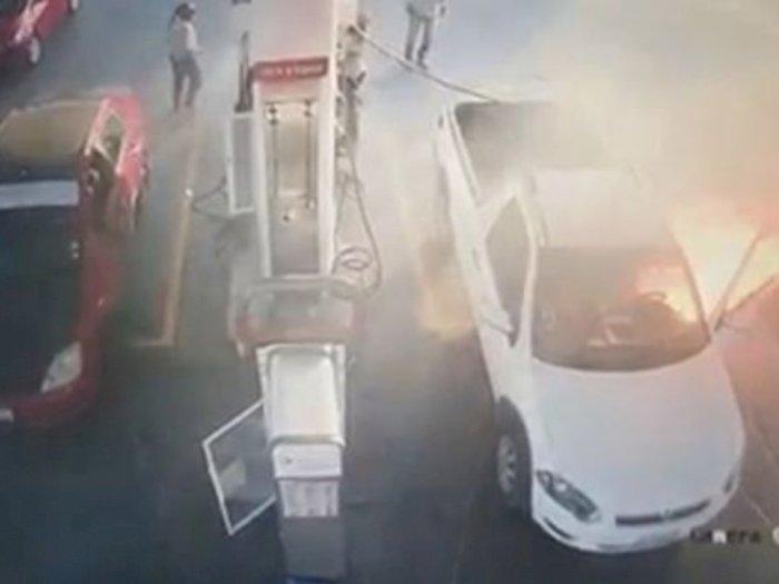 Teleponan saat Isi Bensin, Mobil Pria Ini Habis Terbakar