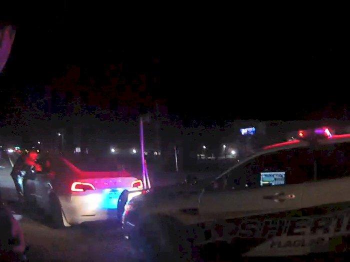 2 Remaja Ini Sewa Tesla dan Tabrak Mobil Polisi, Tapi Malah Tuduh Fitur Auto-Pilot