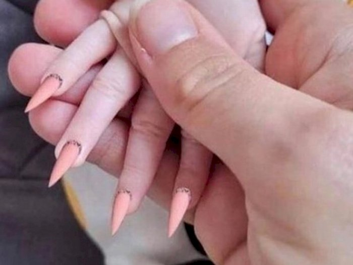 Ibu Ini Dicap Netizen 'Sampah' Setelah Unggah Foto Bayinya Pakai Kuku Palsu