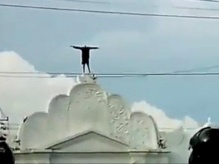 Astaga! Pria di Jogja Nekat Panjat Plengkung Gading, Tetap Santai Meski Jadi Tontonan