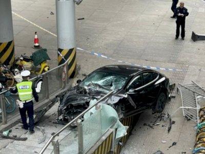 Hilang Kendali, Mobil Tesla Ini Hancur Usai Coba Naik ke Jembatan Penyeberangan!