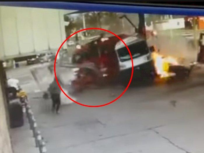 Truk Pemadam Kebakaran Ini Tabrak SPBU Setelah Ditabrak oleh Mobil SUV!