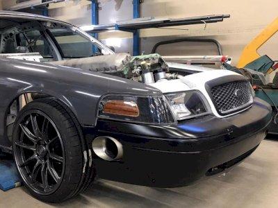 Mobil Ford Crown Victoria Ini Mendapatkan Swap Engine, Simak Videonya!
