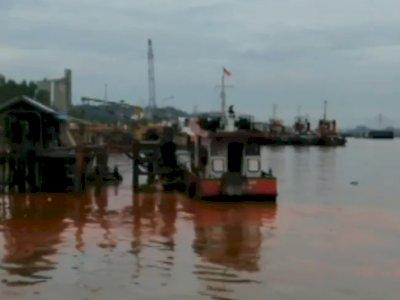 Kapal Tongkang Minyak Sawit Tenggelam, Aliran Sungai Mahakam Tercemar Tumpahan Minyak