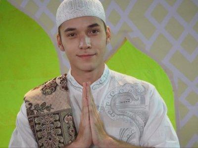 Stefan William Pakai Baju Koko & Ucapkan Selamat Puasa, Netizen: Kirain Mau Jadi Mualaf