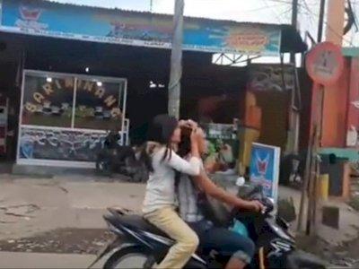Bikin Melongo! Cewek Ini Cari Kutu Ibunya di Atas Motor yang Sedang Melaju
