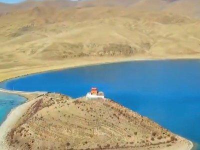 Jauh dari Peradaban, Biksu Ini Tinggal Sendiri di Kuil Tengah Danau