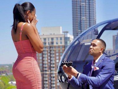Romantis! Pria Ini Melamar Kekasihnya dengan 5 Cincin Berbeda untuk Dipilih