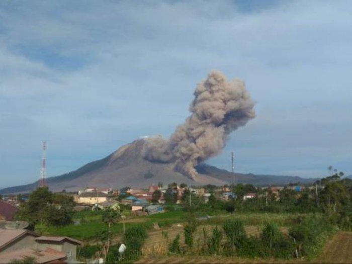 Gunung Sinabung Kembali Erupsi, Tinggi Kolom Abu Vulkanik Mencapai 1000 Meter