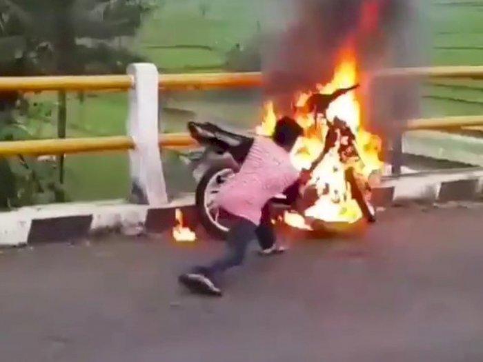 Viral Pemuda Sibuk Padamkan Motornya yang Terbakar, Pengendara yang Lewat Tak Mau Bantu