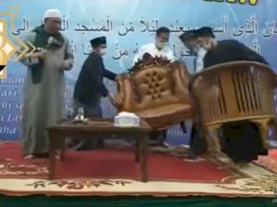 Astaga! Yahya Waloni Komplain Kursi Ceramahnya: Kursi Gereja Ini, Ganti Kursi Islam!