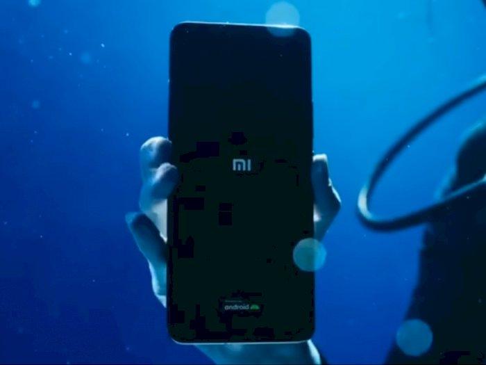 Buktikan Tahan Air, Xiaomi Lakukan Unboxing Mi 11 Ultra dari Dalam Air!