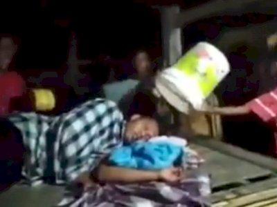 Momen Kocak Saat Pemuda yang Tetap Tertidur Saat Teman-temannya Bangunkan Sahur