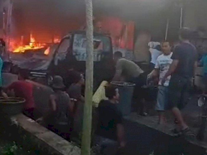 Gudang Spring Bed Terbakar di Tanjung Morawa, Api Merembet Hingga Rumah Warga