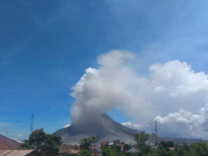 Sejak Pagi, Dua Kali Gunung Sinabung Erupsi dengan Maksimal Abu Vulkanik Sejauh 2000 Meter