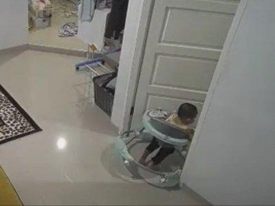 Detik-detik Bayi Nyungsep saat Pakai Baby Walker, Netizen Malah Soroti Posisi Ibunya