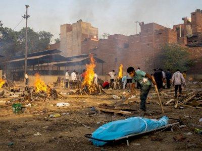 Korban Meninggal Covid-19 di India Membludak, Puluhan Jenazah Terpaksa Dikremasi Massal