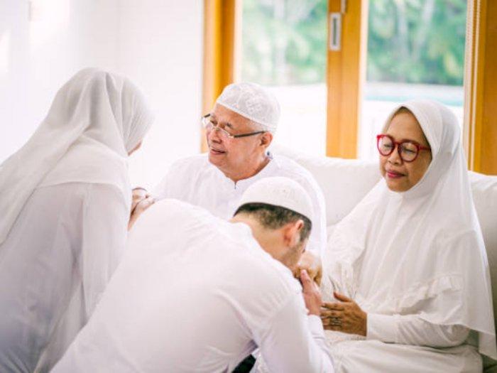 5 Cara Memuliakan Orang Tua Berdasarkan Alquran dan Hadis