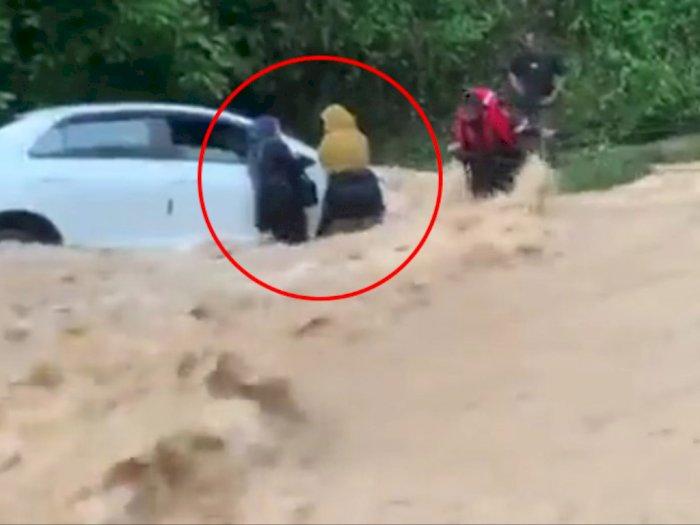 Video Dua Wanita Bertahan Hidup Selama Banjir Bandang Sebelum Akhirnya Diselamatkan