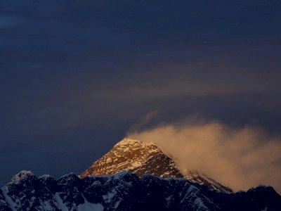 Karena COVID-19, Puluhan Pendaki di Gunung Everest Dievakuasi