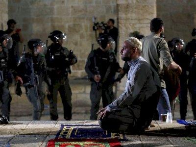 Puluhan Jamaah Shalat Tarawih Mengalami Luka-luka Setelah Israel Menyerang Masjid Al Aqsa