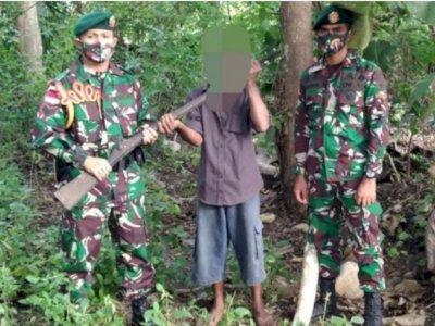 Veteran Perang Timor Timur Serahkan Senjata Mereka ke Satgas Pamtas RI-Timor Leste