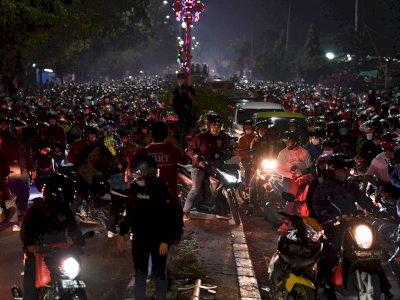 FOTO: Ribuan Pemudik Motor Terjebak Kemacetan di Kedungwaringin