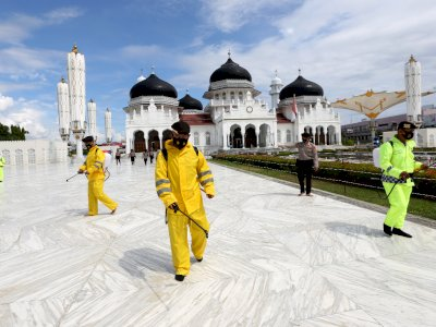 FOTO: Penyemprotan Disinfektan di Masjid Raya Baiturrahman