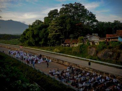 FOTO: Shalat Idul Fitri di Jalan Tol Cisumdawu