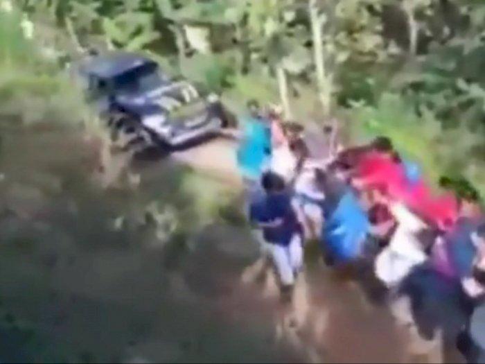 Mobil Patroli Polisi Masuk Jurang, Warga Bergotong Royong Mengevakuasi dengan Tali Tambang