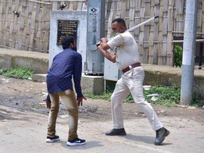 Patugas Polisi India Terlihat Memukul Orang yang Melanggar Aturan Covid-19 dengan Tongkat