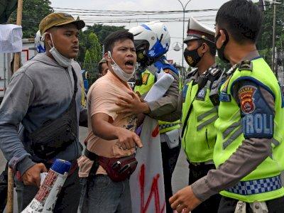 FOTO: Polisi Bubarkan Aksi Demo di Serang