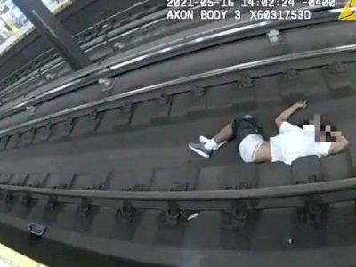 Keren! 2 Polisi Ini Berhasil Selamatkan Pria yang Jatuh dan Pingsan di Rel Kereta Api