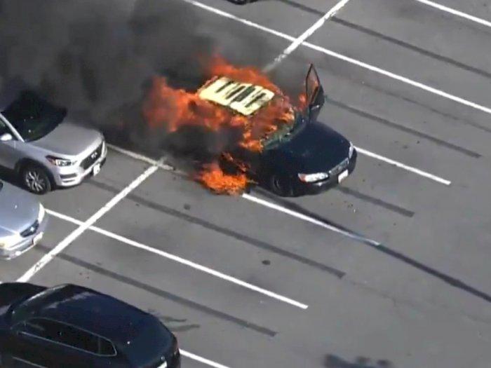 Pengemudi Ini Tak Sengaja Membakar Mobilnya Setelah Memakai Hand Sanitizer saat Merokok