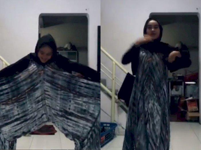 Wanita Ini Goyang TikTok Pakai Baju Aneh! Netizen Salah Fokus: Mau Pipis Begimane?