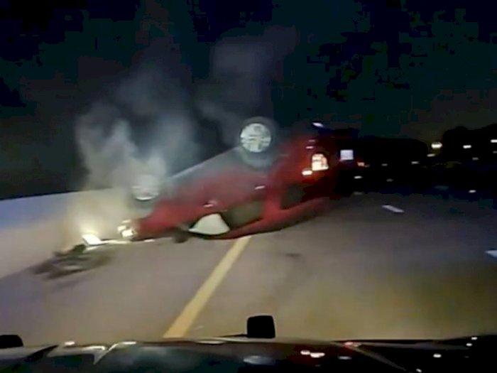 Mobil Wanita Hamil Terbalik saat Polisi Menghentikannya di Jalan