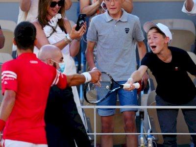 Momen Bocah Laki-laki Kegirangan Dapat Raket Novak Djokovic Usai Juara French Open 2021