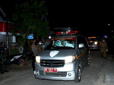 FOTO: Ambulans Jemput Warga Positif COVID-19 di Madiun