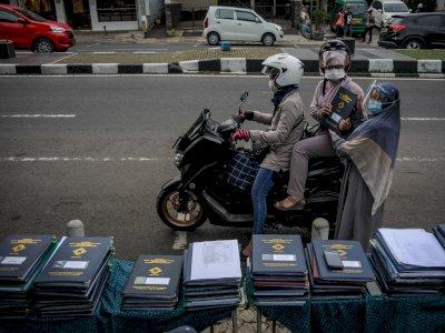 FOTO: Pembagian Rapor Tanpa Turun Kendaraan di Bandung