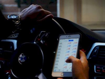 Studi Ungkapkan Penggunaan Ponsel Saat Berkendara Berisiko pada Orang Dewasa Muda!