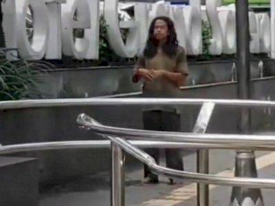 Viral Video ODGJ Salat di Pinggir Jalan Sesuai Kiblat, Bikin Netizen Terenyuh