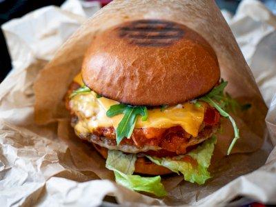Tidak Diberi Burger Gratis, Polisi Tangkap Seluruh Staf Restoran Cepat Saji Tanpa Alasan
