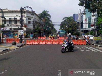 Tekan Lonjakan COVID-19, Polisi Lakukan Penutupan Jalan Raya di Bandung