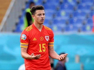 Jegal Striker Italia, Bek Wales Ini Jadi Pemain Termuda yang Dikartu Merah di EURO