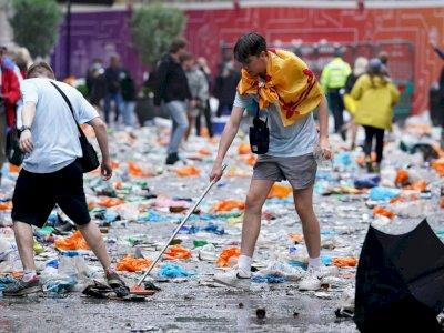 Fans Skotlandia Membersihkan Sampah Setelah Pertandingan, Aksinya Tuai Banyak Pujian