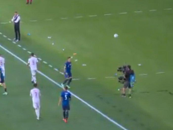 Aksi Kameramen EURO 2020 Sundul Bola di Laga Slovakia vs Spanyol Curi Perhatian Netizen