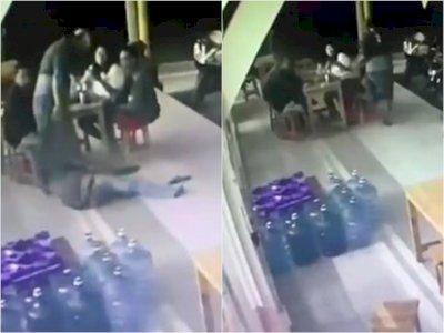 Viral, Bapak-bapak Terekam CCTV Pukuli Orang yang Lagi Nongkrong di Mahendra Kuliner Bali